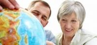 Anziani con mappamondo