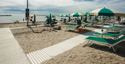 Spiaggia attrezzata con passerelle per accessibilità disabili