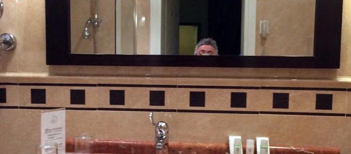 Turismo Accessibile o Ospitalità Accessibile - avere uno specchio ad altezza sbagliata non rende inaccessibile un bagno, ma la qualità dell'ospitalità ne risente