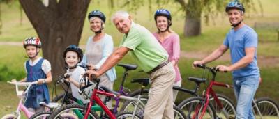 famiglia con bambini e anziani