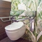 Wc con installati maniglioni rimovibili per rendere accessibile wc a persona con limitazioni di mobilità