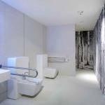 suite4all | Vista dall'ingresso con particolare su wc e bidet attrezzati con maniglioni e sistema sicurezza