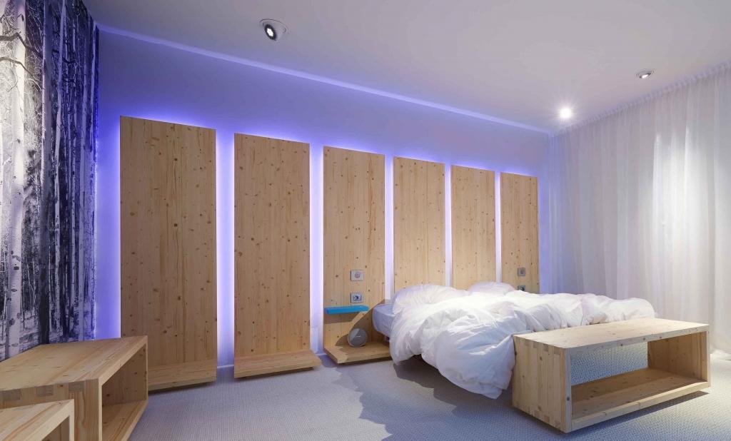 suite4all immagine della suite in cui si vede il letto e dei decori luminosi