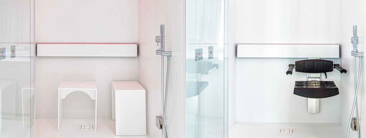 Due docce emozionali con due tipologie di sedute, una standard ed una accessibile