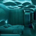 Camera con letto in primo piano ambientata in notturna